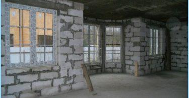 Vi bygger et hus ut av skum blokker med hendene