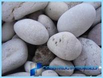 Et gjerde laget av stein med hendene