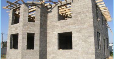 Bygging av hus fra tre-betong blokker
