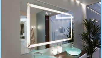 Lys speil i det indre av et bad