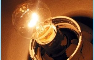 Grunner flimre av lys i leiligheten