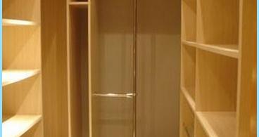 Hvordan å utstyre et omkledningsrom i leiligheten