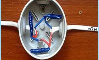 Kjøring rasklyucheniya eller tilkobling av elektriske kabler i koblingsboksen